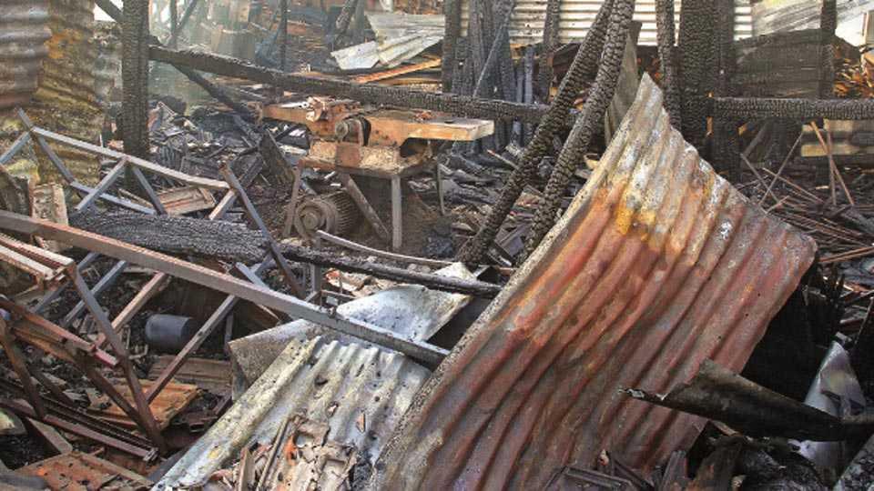 कोल्हापूर - टींबर मार्केटमध्ये शुक्रवारी पहाटे लागलेल्या आगीत भस्मसात झालेली सॉ मिल.  (संजय देसाई - सकाळ छायाचित्रसेवा)