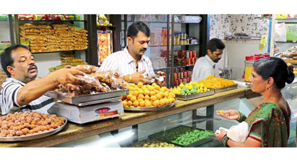 सातारा - मिठाई विक्रेत्यांनी गौरीसाठी खास पदार्थ विक्रीसाठी उपलब्ध केले आहेत.