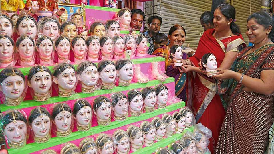 तुळशीबाग - गौरींचे मुखवटे खरेदी करताना महिला.