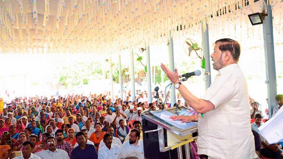 थेरगाव - कै. शंकर (अण्णा) गावडे स्मृती कामगार भवनाचे भूमिपूजन करताना मंत्री गिरीश बापट. त्यावेळी उपस्थित जनसमुदाय.