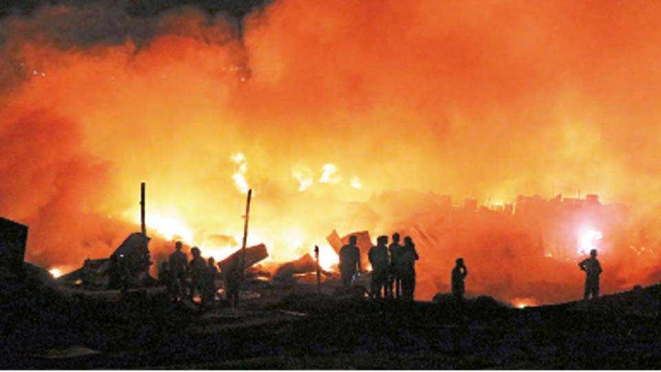 कुदळवाडी - भंगाराच्या गोदामांना मंगळवारी रात्री लागलेली आग.