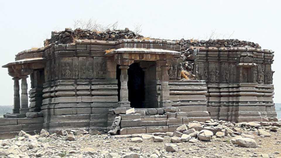 पळसदेव (ता. इंदापूर) - काही ठिकाणी पडझड झाल्याने मंदिराचे झालेले नुकसान.