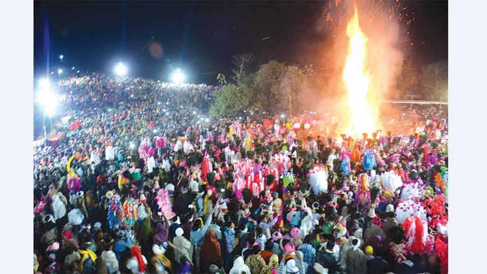 काठी (ता. अक्कलकुवा) - राजवडी होळीसाठी सोमवारी पहाटे सातपुड्यातील दऱ्याखोऱ्यातून पारंपरिक वेशभूषेत आलेल्या हजारो आदिवासी बांधवांच्या साक्षीने होळी पेटविण्यात आली. त्यावेळी जमलेला जनसमुदाय.