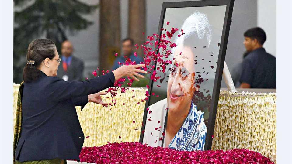 नवी दिल्ली - माजी पंतप्रधान इंदिरा गांधी यांच्या जयंतीनिमित्त त्यांना शनिवारी आदरांजली वाहताना कॉंग्रेस अध्यक्षा सोनिया गांधी.