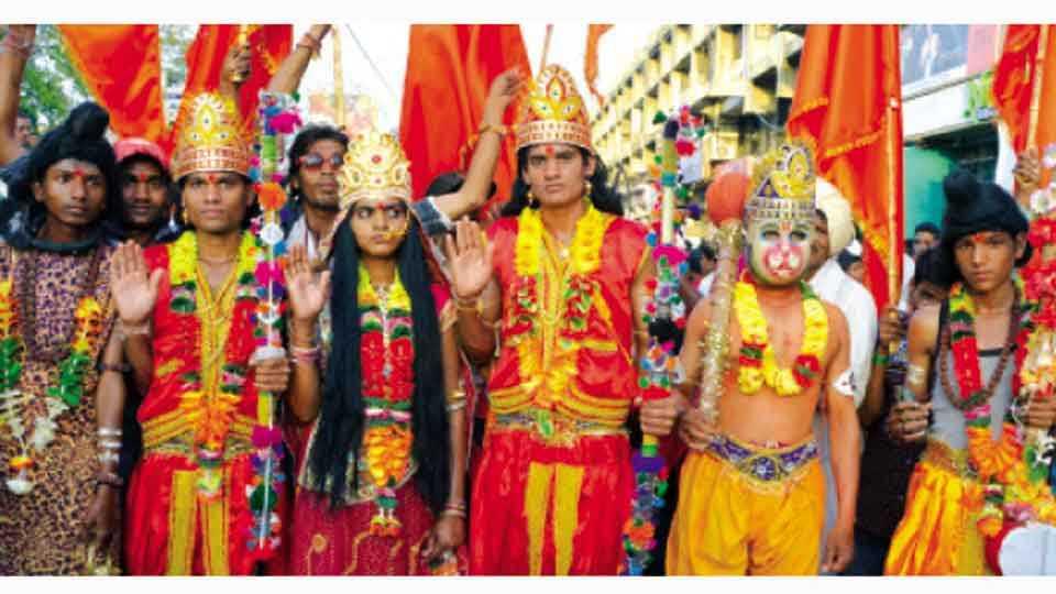 जळगाव - रामनवमीनिमित्त मंगळवारी वाल्मीकनगरमधून काढण्यात आलेल्या शोभायात्रेत युवकांनी राम, सीता, लक्ष्मण, हनुमानाची केलेली वेशभूषा.
