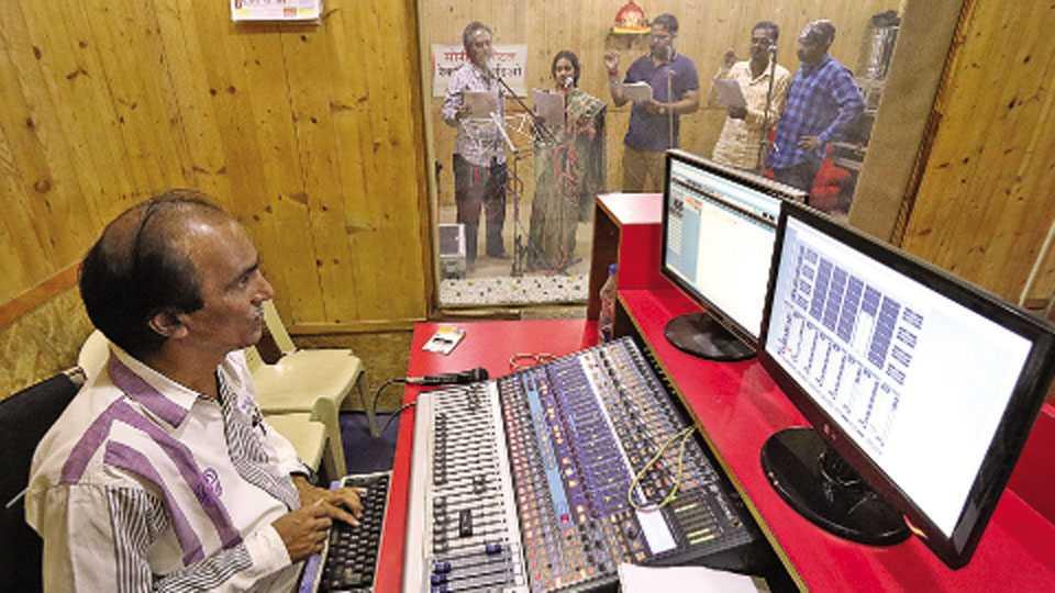 कोल्हापूर - गणेशोत्सवाच्या पार्श्वभूमीवर रेकॉर्डिंग स्टुडिओमध्ये देखाव्यांच्या रेकॉर्डिंगला प्रारंभ झाला आहे.