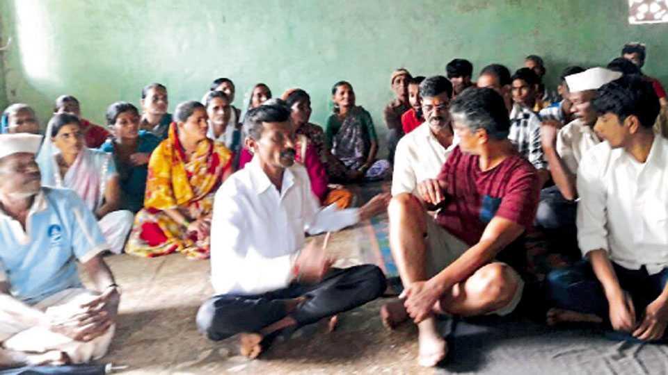 गावातील समस्यांवर चर्चा करण्यासाठी मंदिरात जमलेले ग्रामस्थ.
