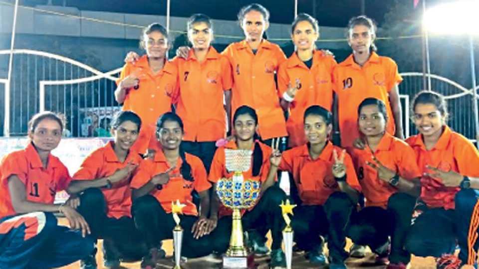 हैदराबाद - फेडरेशन करंडक खो-खो स्पर्धेत विजेतेपद मिळविणारा महाराष्ट्राचा महिला संघ.