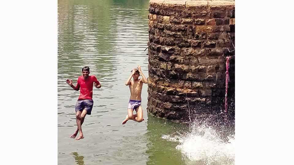 सांगली - माईघाटावर पोहण्यास तरुणाईची गर्दी वाढू लागली आहे.