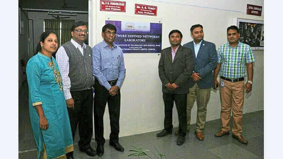 नऱ्हे - सिंहगड संस्थेतील प्रयोगशाळेच्या उद्घाटनावेळी (डावीकडून) प्रा. गीता नवले, डॉ. एस. एन. नवले, भाऊसाहेब पाटील, प्राध्यापक संतोष दराडे, निमित शिसोदिया, निहार रंजना.