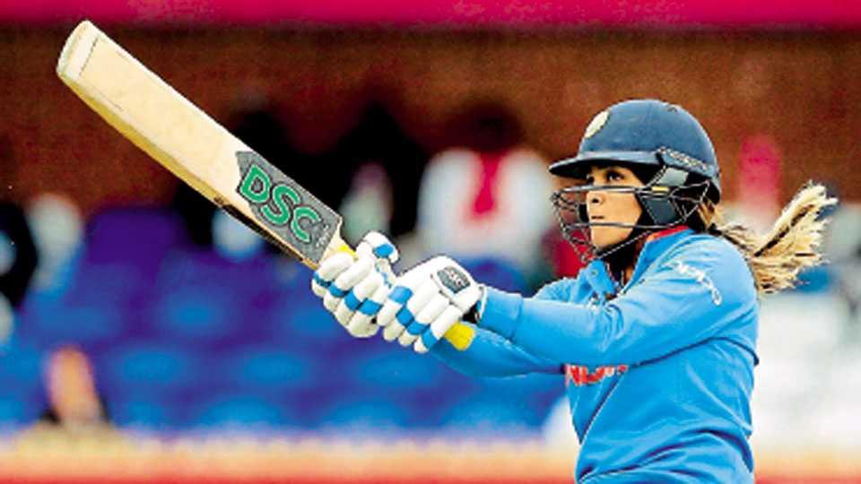 डर्बी - न्यूझीलंडविरुद्ध आक्रमक फटका मारताना भारताची फलंदाज वेदा कृष्णमूर्ती.