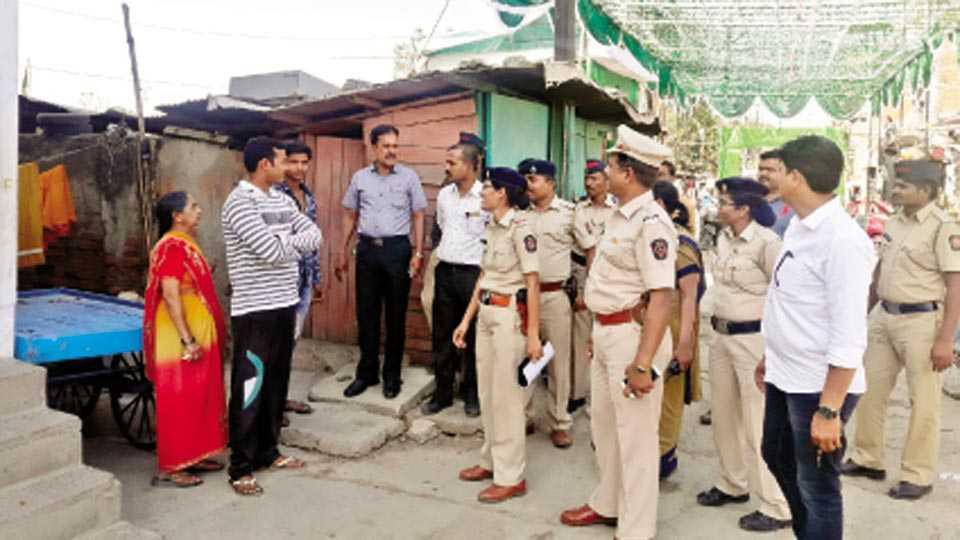 नागपूर - तकिया झोपडपट्टी वस्तीत गस्त घालताना बिट इन्चार्ज पोलिस अधिकारी व कर्मचारी.