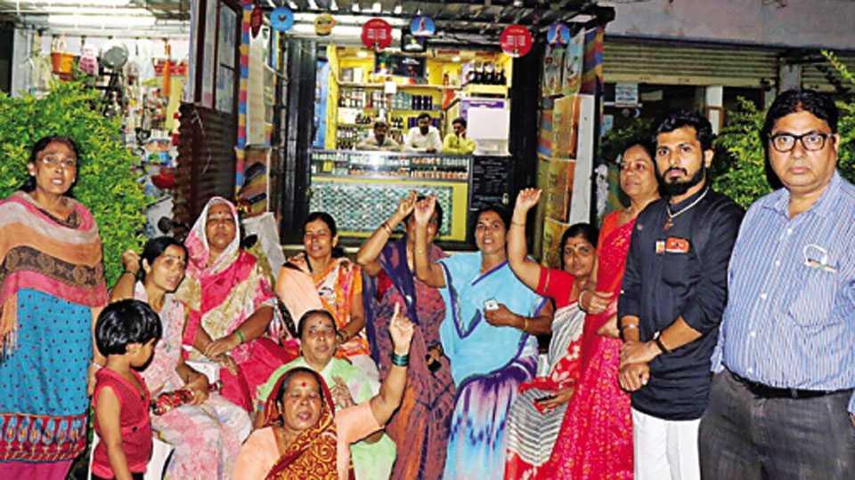 दिंडोरी रोड - आरटीओ कॉर्नर परिसरातील अमित वाइन या दुकानासमोर मंगळवारी आंदोलन करताना महिला व स्थानिक रहिवासी.
