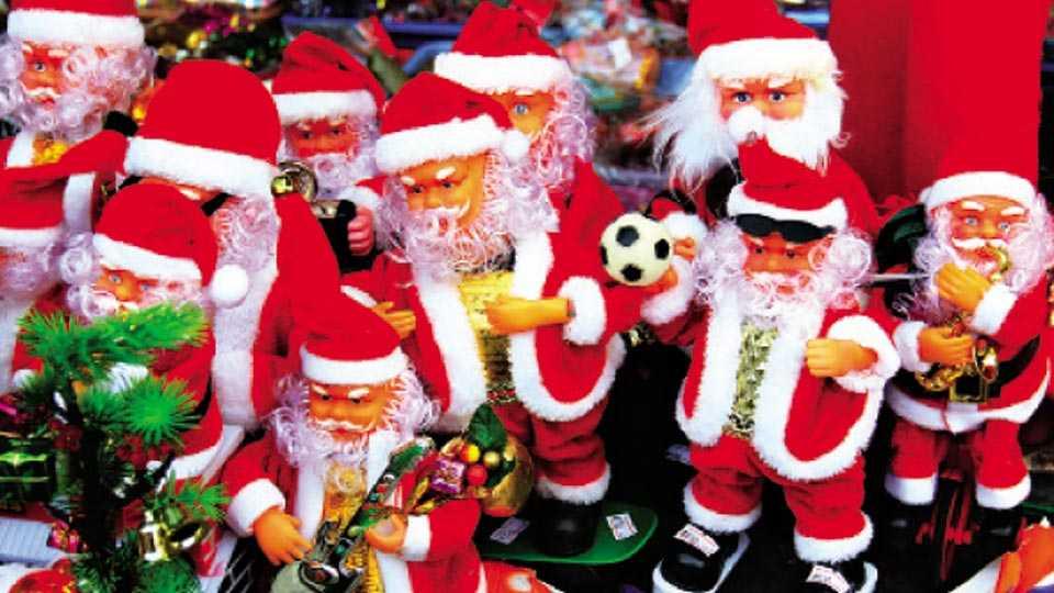 नाशिक - नाताळचा सण अवघ्या काहि दिवसांवर आला असल्याने बाजार सजला असुन गुरुवारी आवडत्या सांताक्लॉजशी खेळण्यात रमलेली चिमुकली. (छायाचित्र केशव मते)