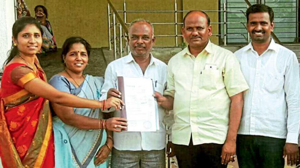 नांद्रेमळा (ता. शिरूर) - शाळेला जमिनीची कागदपत्रे देताना (डावीकडून) शीतल शेंडे, कल्पना खैरे, सुधाकर खैरे आणि मान्यवर.