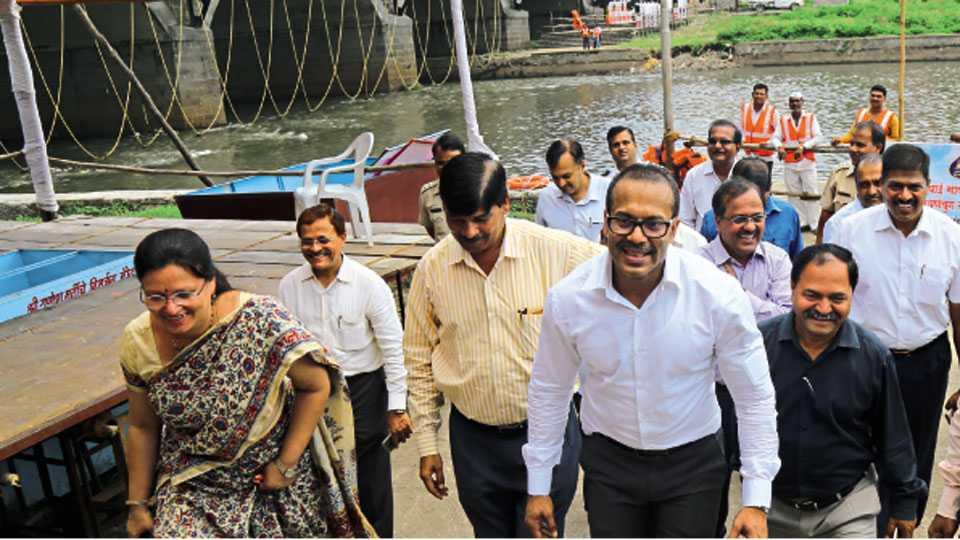 नदीपात्र - महापौर मुक्ता टिळक, उपमहापौर डॉ. सिद्धार्थ धेंडे व आयुक्त कुणाल कुमार यांनी सोमवारी दुपारी विसर्जन घाटाची पाहणी केली.