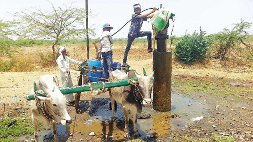 थेरगाव (ता. पैठण) - गळती लागलेल्या पैठण-जालना पाइपलाइनवर पाणी भरण्यासाठी झालेली गर्दी.