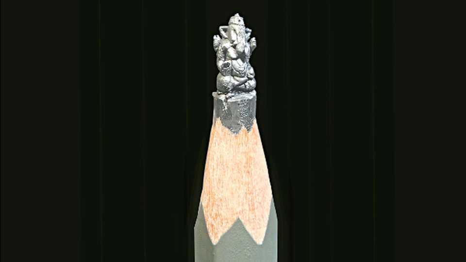 नाशिक - जीवन जाधव याने पेन्सिलच्या शिशावर साकारलेली पुण्याच्या दगडूशेठ हलवाई गणेश मूर्तीची प्रतिकृती.