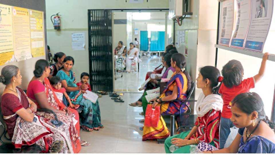 क्रांतिज्योती सावित्रीबाई फुले रुग्णालय, चिंचवडगाव - येथील बाह्यरुग्ण विभागासमोर उपचारासाठी ताटकळत बसलेल्या महिला.