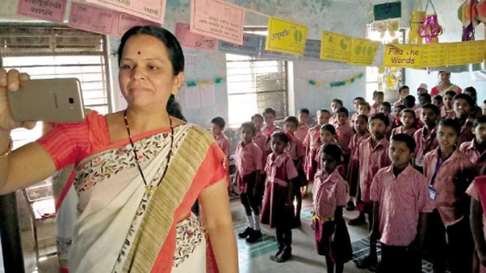 औरंगाबाद - महापालिकेच्या इंदिरानगर बायजीपुरा शाळेत सोमवारी (ता.नउ) सेल्फीद्वारे उपस्थिती नोंदवताना शिक्षिका.