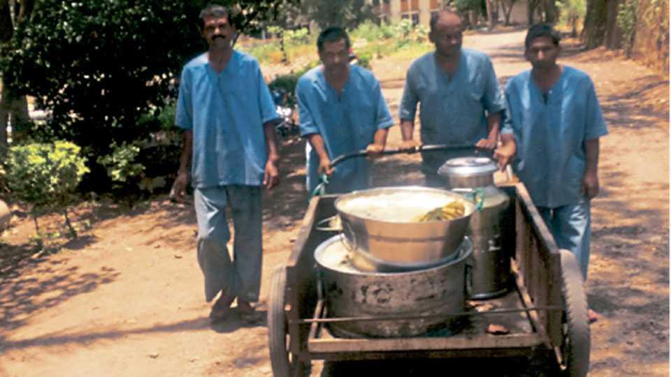 येरवडा प्रादेशिक मनोरुग्णालयात स्वयंपाकघरापासून वॉर्डपर्यंत अन्न नेणारे रुग्ण.