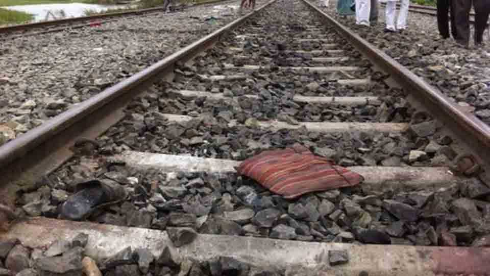 man feet cuts under train in bhiwani and people were busy in capturing video