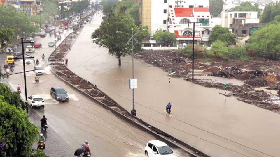 नागपूर - चार तास कोसळलेल्या मुसळधार पावसाने शहरातील विविध मार्गांवर तळे साचले. प्रतापनगर रिंगरोडवर पाणी साचल्याने काहीकाळ मार्ग बंद पडला होता.
