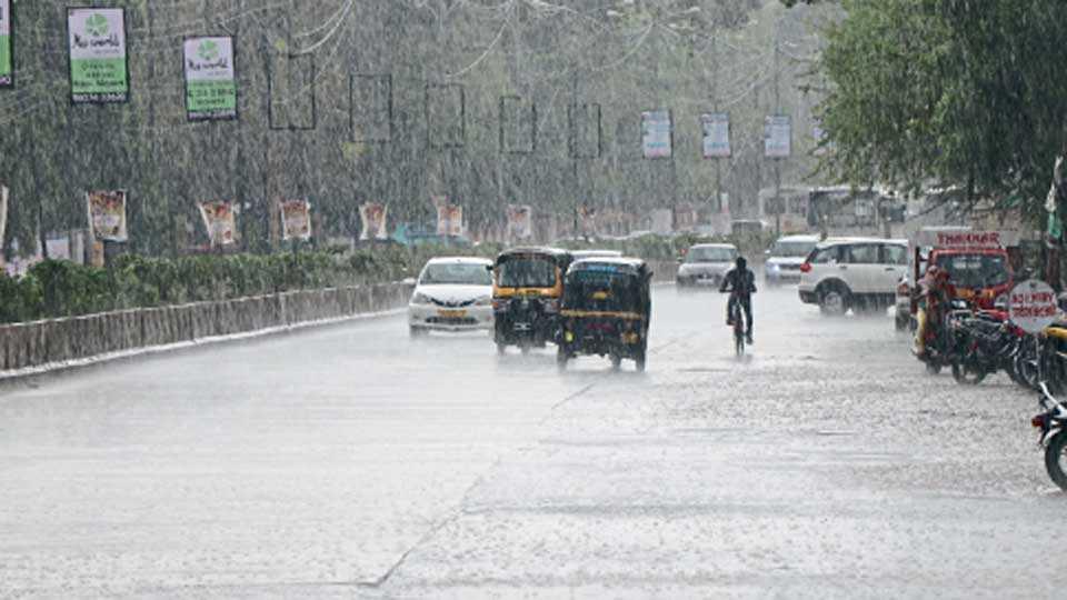 औरंगाबाद - शहरात आठवडाभरापासून ढगाळ वातावरण आहे. मंगळवारी सायंकाळी साडेचार वाजता वादळी वाऱ्यासह पाऊस झाला. यामुळे रस्ते जलमय झाले आणि वाहनधारकांची तारांबळ उडाली.