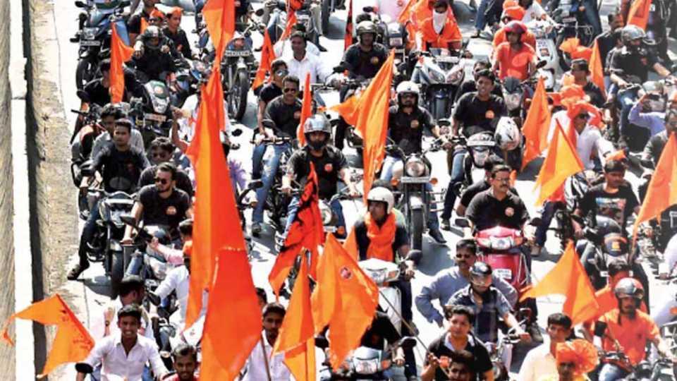 मुंबई - मराठा क्रांती मूक मोर्चातर्फे रविवारी निघालेल्या मोटरसायकल फेरीत सहभागी झालेले तरुण-तरुणी.
