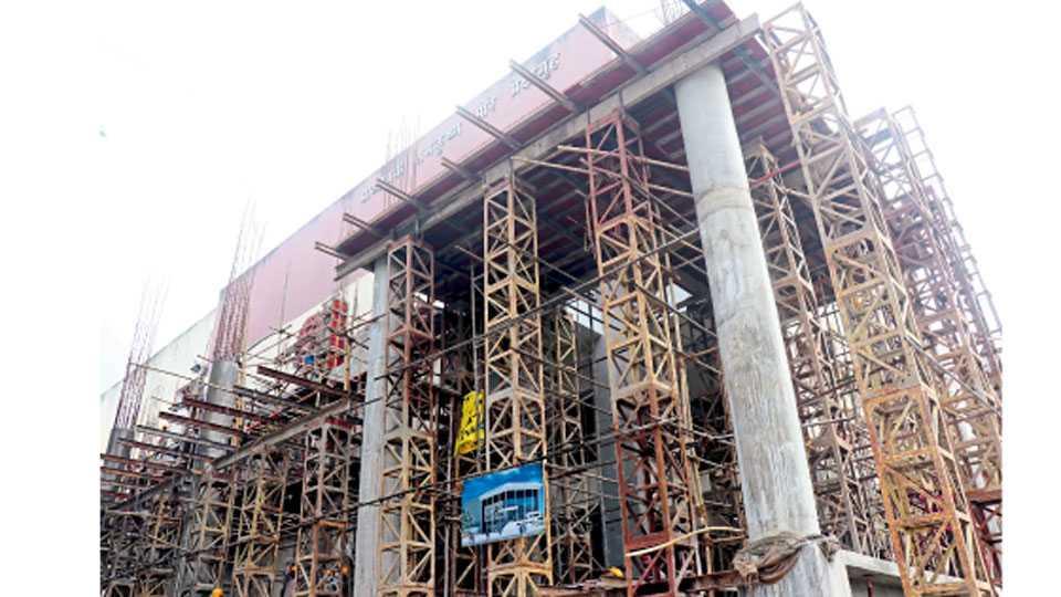 प्रा. रामकृष्ण मोरे प्रेक्षागृह, चिंचवडगाव - येथील प्रेक्षागृहाच्या दर्शनी बाजूला सुरू असलेले नूतनीकरणाचे काम.