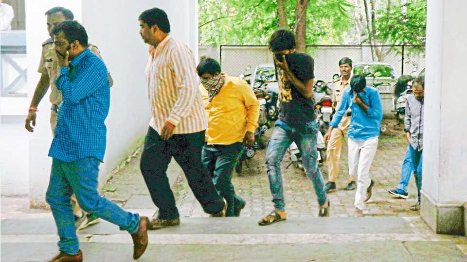 नाशिक - इगतपुरी येथील हॉटेलमध्ये रेव्ह पार्टी प्रकरणी पोलिसांनी ताब्यात घेतलेल्या संशयिताना न्यायालयात नेताना पोलिस.
