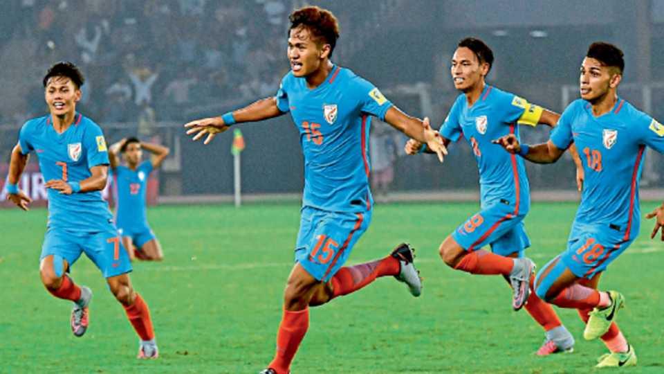 नवी दिल्ली - १७ वर्षांखालील विश्वकरंडक फुटबॉल स्पर्धेत कोलंबियाविरुद्ध गोल नोंदविल्यानंतर जल्लोष करताना भारताचा जेक्सन थौनाओजाम (जर्सी नंबर १५) आणि इतर खेळाडू.