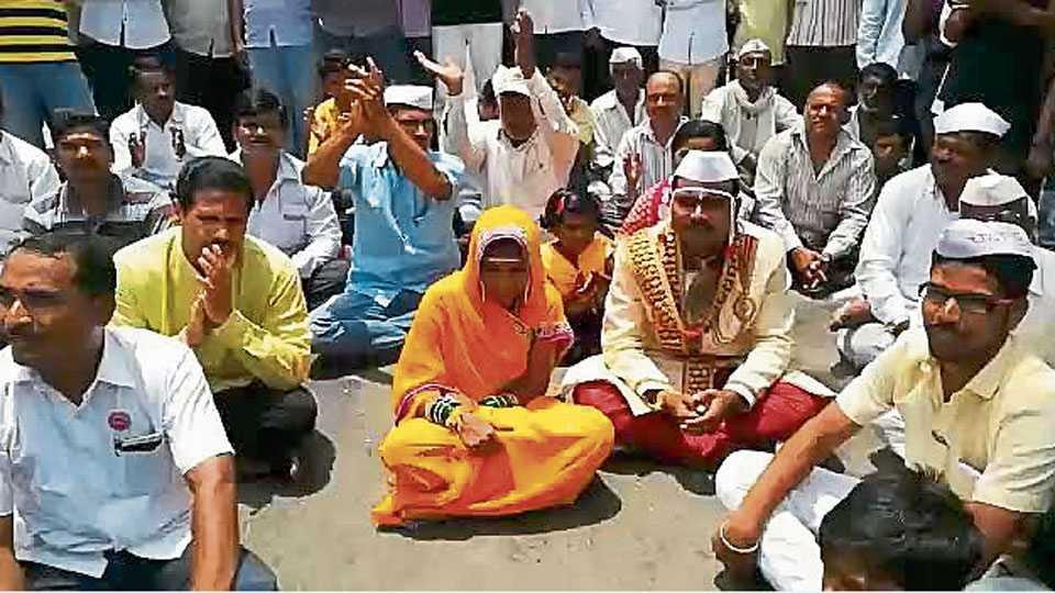 कुसळंब (ता. बार्शी) -येथे रघुनाथ पाटील प्रणित शेतकरी संघटनेने मंगळवारी रास्ता-रोको केले. त्या वेळी नववधू-वरही यामध्ये सहभागी झाले.