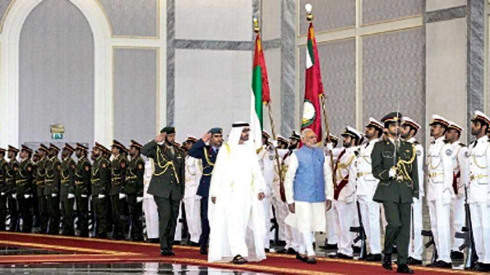 अबुधाबी - विमानतळावर पंतप्रधान नरेंद्र मोदी आणि शेख मोहम्मद बिन झायेद मानवंदना स्वीकारताना.