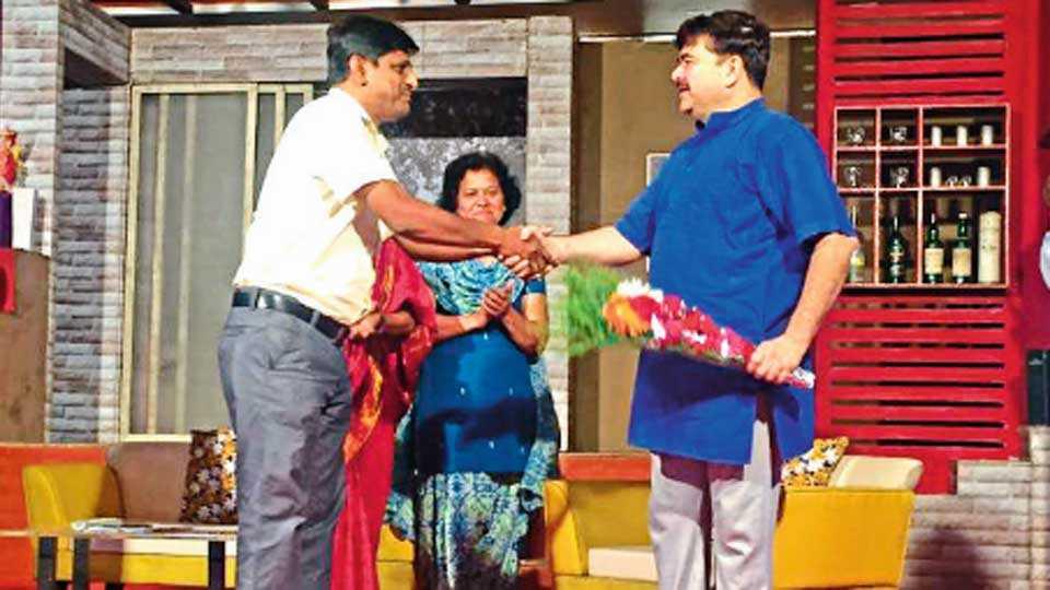 चाकण (ता. खेड) - नाट्यमहोत्सवात 'साखर खाल्लेला माणूस' या नाटकातील कलाकार प्रसिद्ध अभिनेते प्रशांत दामले यांचा सत्कार करताना 'सकाळ'चे संपादक सम्राट फडणीस (डावीकडील). या वेळी जिल्हा आवृत्तीच्या प्रमुख नयना निर्गुण (मध्यभागी)