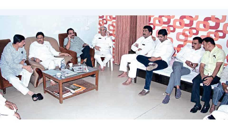 सातारा -जिल्हा परिषदेचे पदाधिकारी ठरविण्यासाठी राष्ट्रवादीच्या प्रमुख नेत्यांची सोमवारी जिल्हा परिषद अध्यक्षांच्या निवासस्थानी बैठक झाली.