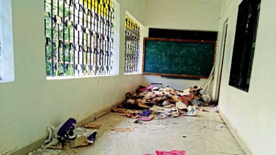 सहकारनगर - वि. स. खांडेकर शाळेत वर्गाबाहेर पडलेला राडारोडा.