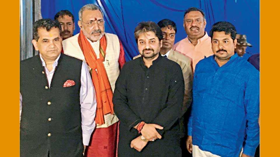 बिहार - सोलर चरखा प्रकल्पाच्या अभ्यास दौऱ्याप्रसंगी (डावीकडून) अमिताभ कांत, गिरिराज सिंह, विशाल चोरडिया.