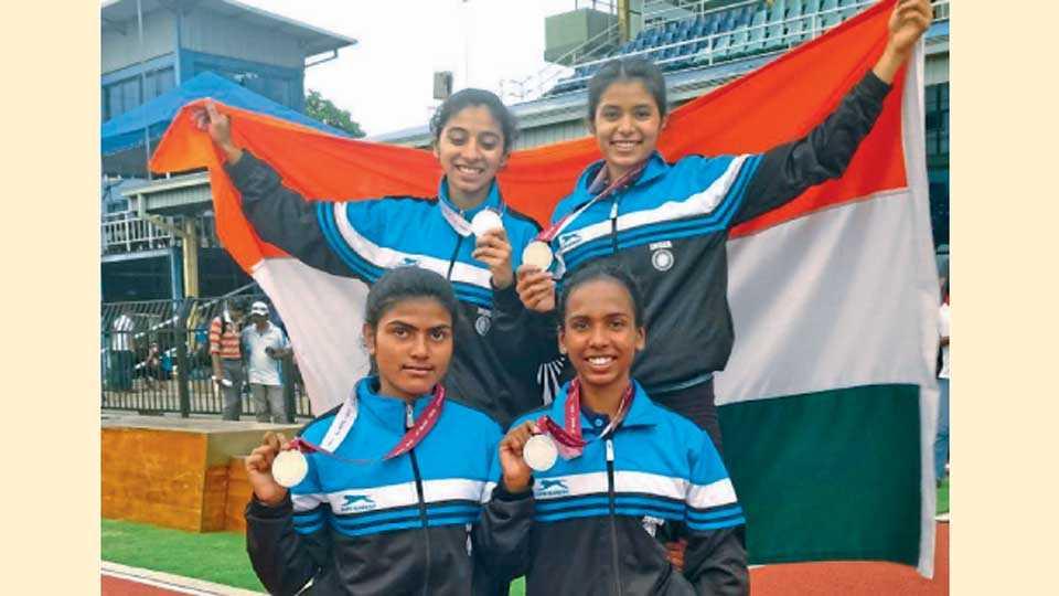 कोलंबो - दक्षिण आशियाई ज्युनिअर ॲथलेटिक्स स्पर्धेत मुलींच्या 4-100 मीटर रिले शर्यतीत रौप्यपदक जिंकणारा भारतीय संघ. (उभे-डावीकडून) चैत्राली गुजर, सिद्धी हिरे, (बसलेले डावीकडून) के. विजयकुमारी आणि नित्या गंधे.