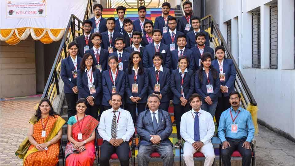"""पर्वती - 'सकाळ'च्या """"यंग इन्स्पिरेटर्स नेटवर्क (यिन)' आणि """"अखिल भारतीय मराठा शिक्षण परिषदे'च्या अनंतराव पवार कॉलेज ऑफ इंजिनिअरिंग अँड रिसर्च'तर्फे """"स्पार्कटेक 2017' कार्यक्रमात सहभागी झालेल्या विद्यार्थ्यांसह मान्यवर."""