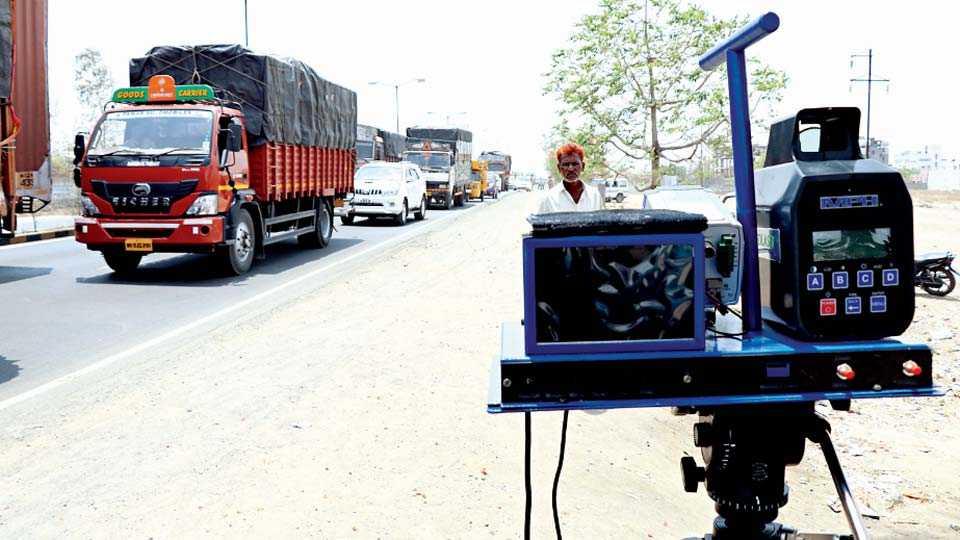 बीडबायपास रस्त्यावर गूरूवारी वाहनांच्या मोजमापासाठी लावलेले स्पीडगण.