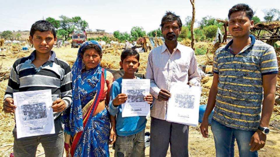 सोमेश्वरनगर (ता. बारामती) - शिक्षण हमीपत्रासह ऊसतोड मजुरांची मुले.