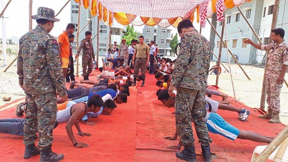तासगाव - भारतीय हवाई दलाने तासगाव येथे सोमवारी आयोजित केलेल्या भरतीसाठी अडीच हजार 2500 युवकांनी हजेरी लावली. सहभागी युवकांची शारीरिक चाचणी घेताना अधिकारी.