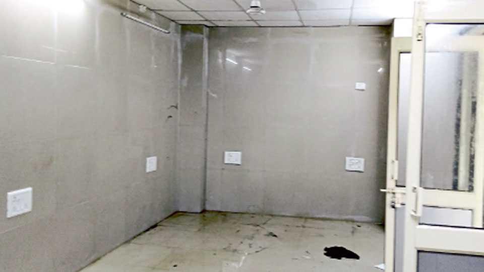 कणकवली - उपजिल्हा रुग्णालयातील ट्रामा केअर सेंटरमधील सर्व खोल्यांना अशी गळती लागली आहे.