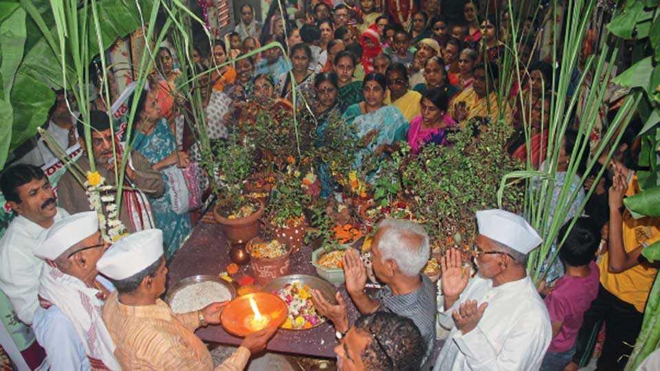 नवी पेठ - विठ्ठल मंदिरात कार्तिक शुद्ध द्वादशीला आयोजिलेला सामुदायिक तुळशी विवाह सोहळा.