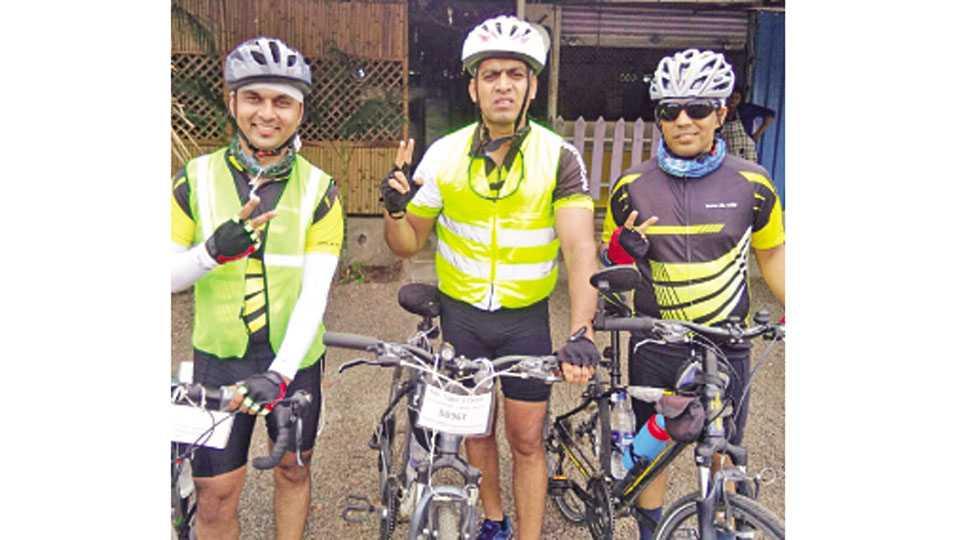 धुळे - अल्ट्रा सायकलिंग स्पर्धेतील विजेते जळगाव रनर्स ग्रुपचे सदस्य.