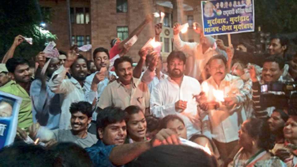 संविधान चौक - भारतीय रिझर्व्ह बॅंकेसमोरील प्रवेशद्वाराजवळ एक लाख रुपयांच्या नोटांच्या प्रतिकृतीचे दहन करून भाजप सरकारच्या नोटाबंदीच्या वर्षपूर्तीनिमित्त राष्ट्रवादीचे आमदार प्रकाश गजभिये यांच्या नेतृत्वात आंदोलन करून निषेध करताना कार्यकर्ते.