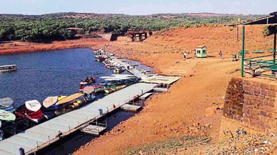 महाबळेश्वर - वेण्णा लेकमधील पाणी झपाट्याने कमी होऊ लागले आहे. पाणीपुरवठा करणारे इन्टेक वेल कोरडे पडले आहे.