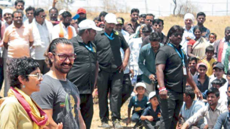 कोल्ही (ता. वैजापूर) - श्रमदानप्रसंगी बुधवारी ग्रामस्थांशी संवाद साधताना आमीर खान व पत्नी किरण राव.