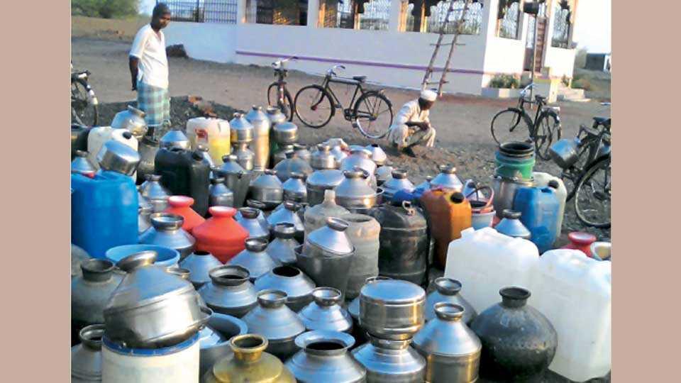 अनफळे (ता. खटाव) - येथील कूपनलिकेवर पाणी भरण्यासाठी ठेवलेली भांडी. या भांड्यांच्या संख्येवरून गावातील पाणीटंचाईची तीव्रता लक्षात येते.